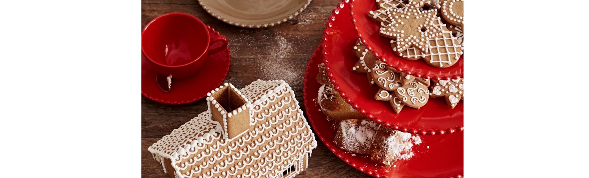 18・19世紀のヨーロッパの豊かな陶器のデザインにインスパイアされたパールシリーズ、赤い色がカワイイ、パールルビー。寒い季節にぴったりの、元気になる色。お皿を飾るトレードマークのぽんぽん模様が、ニットの飾りのようでかわいらしいいお皿です。