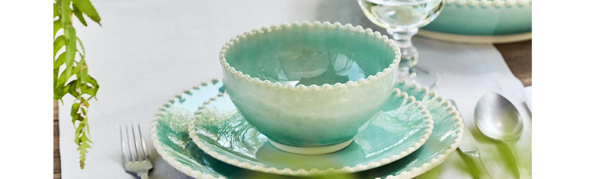 18・19世紀のヨーロッパの豊かな陶器のデザインにインスパイアされたパールシリーズの中でも、パールアクアは、透明感のあるアクアブルーの美しい色が特徴。パールのような粒がお皿のエッジを飾り、みずみずしいイメージのお皿です。