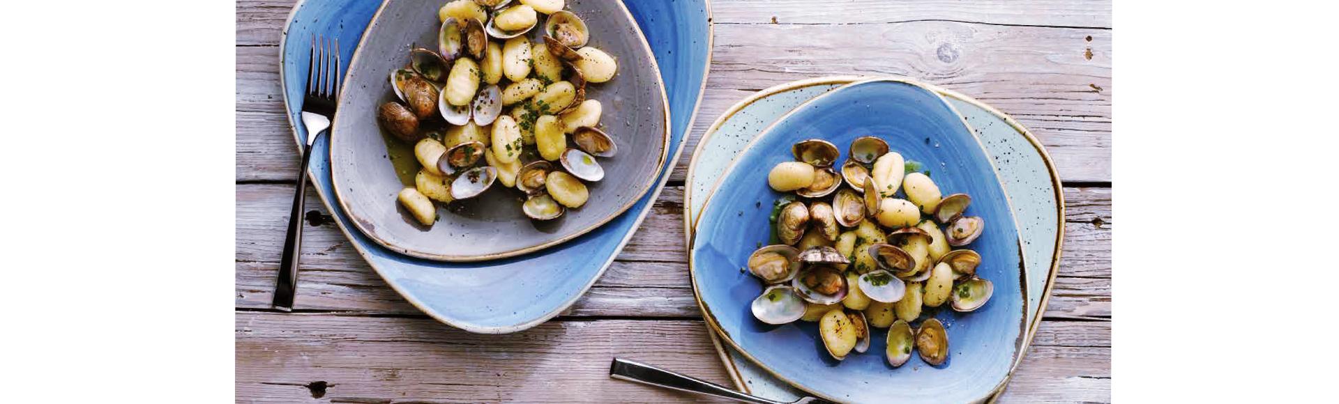 ユニークな形、鮮やかな色、丈夫さを兼ね備えたストーンキャスト(stonecast)の食器は、料理の個性を引き出します。