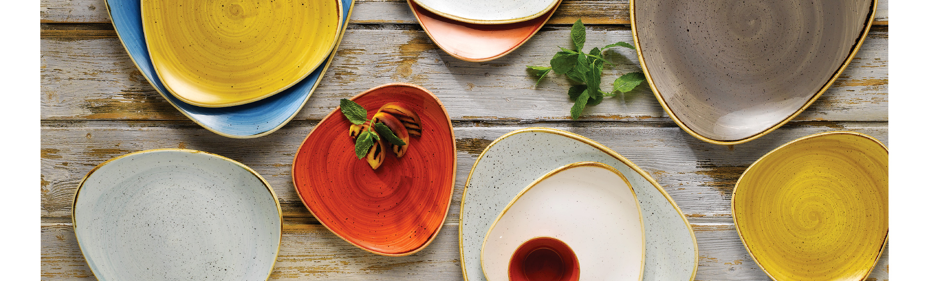 イギリス製の食器、ストーンキャスト(stonecast)は、豊富なカラーバリエーションと手作業による一枚ずつ異なる表情が個性的。